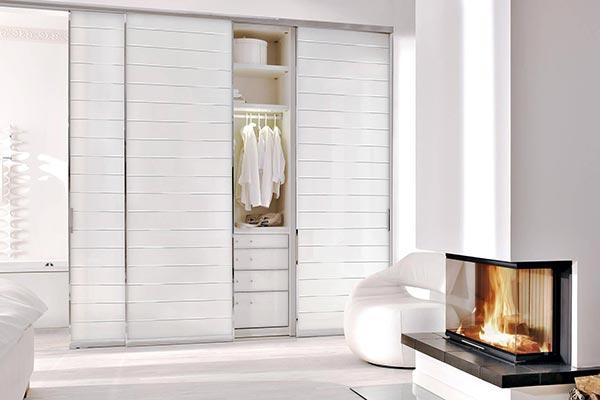 Fehér magasfényű szekrény.