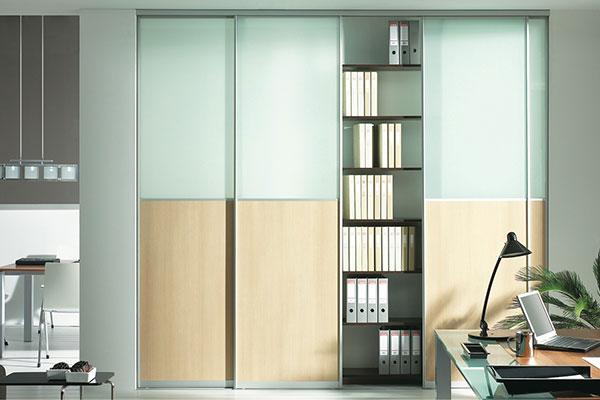 Homokfújt üveges irodai tolóajtós beépített szekrény