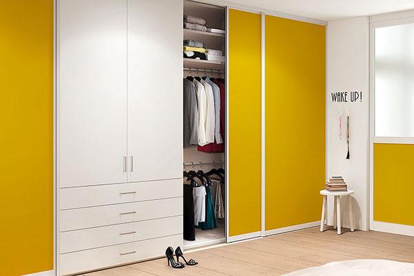 Toló és nyíló ajtóval kombinált szekrény.