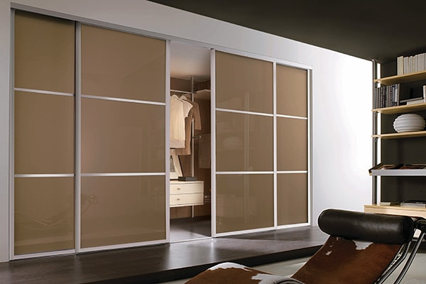 Tolóajtós beépített szekrény, vastag alumínium osztásokkal